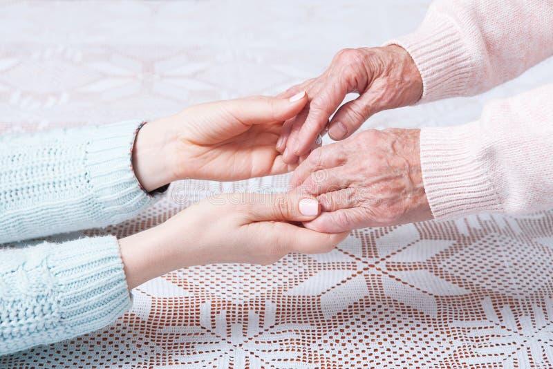 De zorg is thuis van bejaarden Hogere vrouw met hun verzorger thuis Concept gezondheidszorg voor bejaarde oude mensen royalty-vrije stock foto