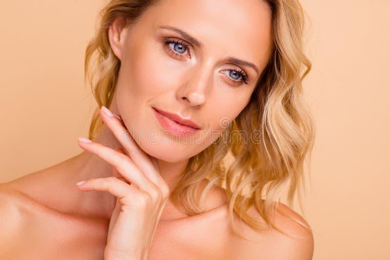 De zorg van de antileeftijdsrimpel gezichts reclameconcept Close-up bebouwd portret van aantrekkelijke wavy-haired dame met vlot royalty-vrije stock foto's