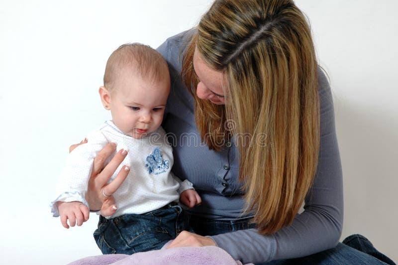 De Zorg van de baby stock afbeeldingen