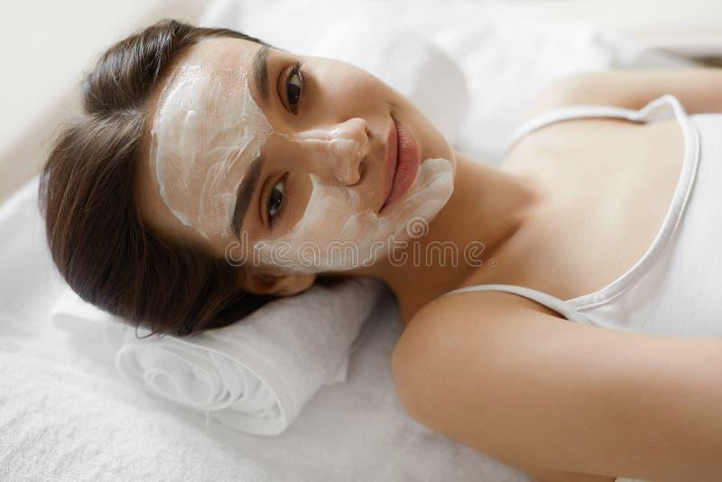 De zorg van de gezichtshuid Mooie Vrouw met Gezichts Kosmetisch Masker bij Kuuroord royalty-vrije stock foto