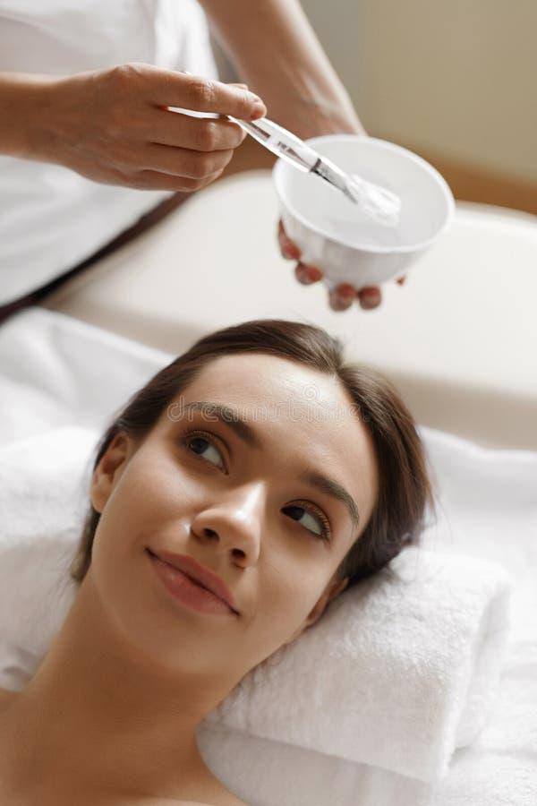 De zorg van de huid Mooie Vrouw die Kosmetisch Masker krijgen bij Kuuroordsalon stock foto