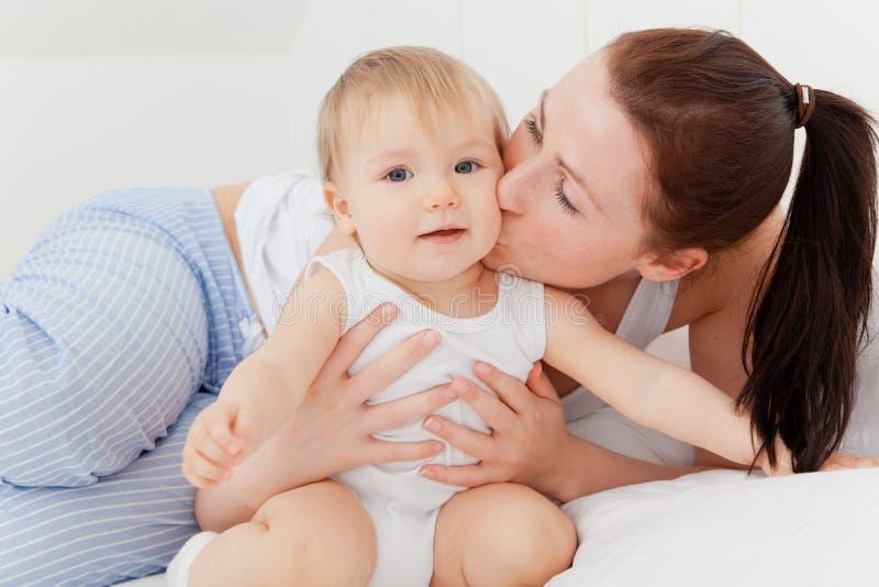 De zorg van de moederbaby stock afbeeldingen