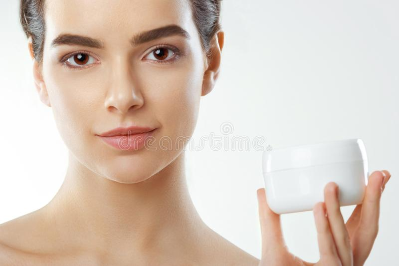 De zorg van de huid Het concept van de schoonheid De jonge Mooie Kosmetische Room van de Vrouwenholding Zachte huid en naakte sch royalty-vrije stock fotografie