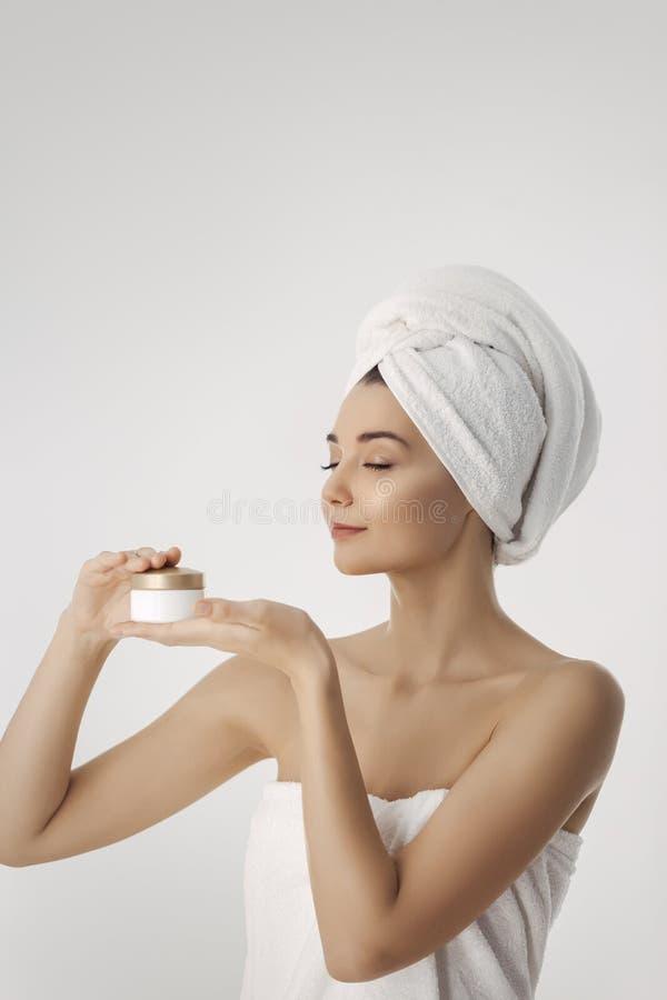 De zorg van de huid Vrouw met Natuurlijke de Holdings Gezichtsroom van de Gezichtsschoonheid royalty-vrije stock foto