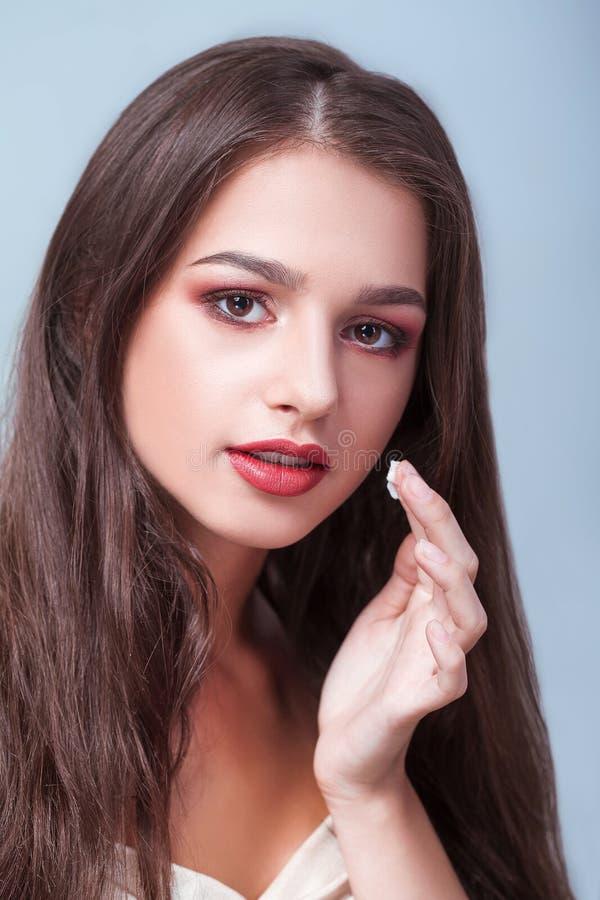 De Zorg van de schoonheidshuid Jonge Vrouw die met Natuurlijke Make-up Room toepassen stock foto's