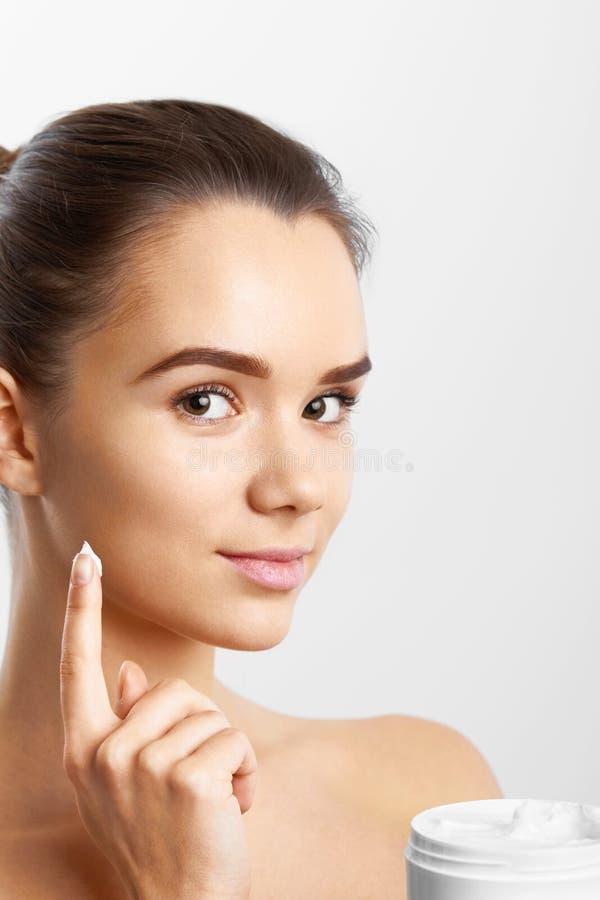 De Zorg van de schoonheidshuid Mooie Gelukkige Vrouw die Kosmetische Room op Schoon Gezicht toepassen stock foto's