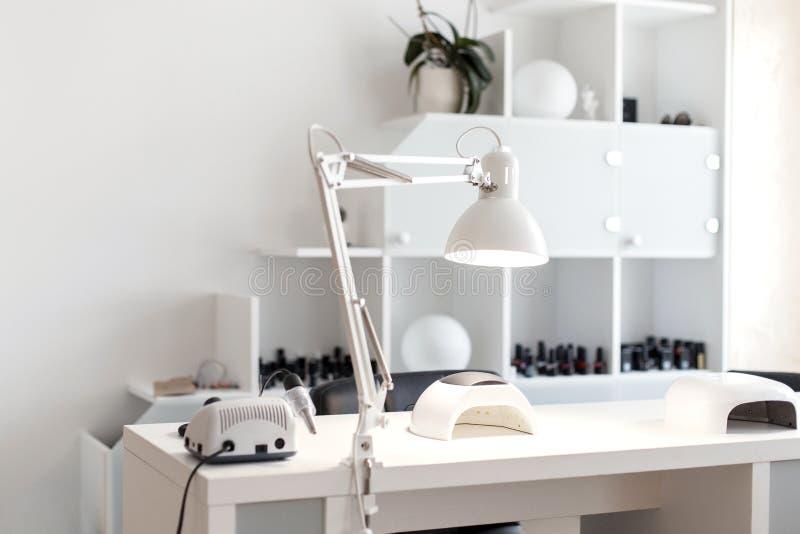 De zorg van de spijker Lichte studio voor manicure met een hulpmiddel royalty-vrije stock foto's