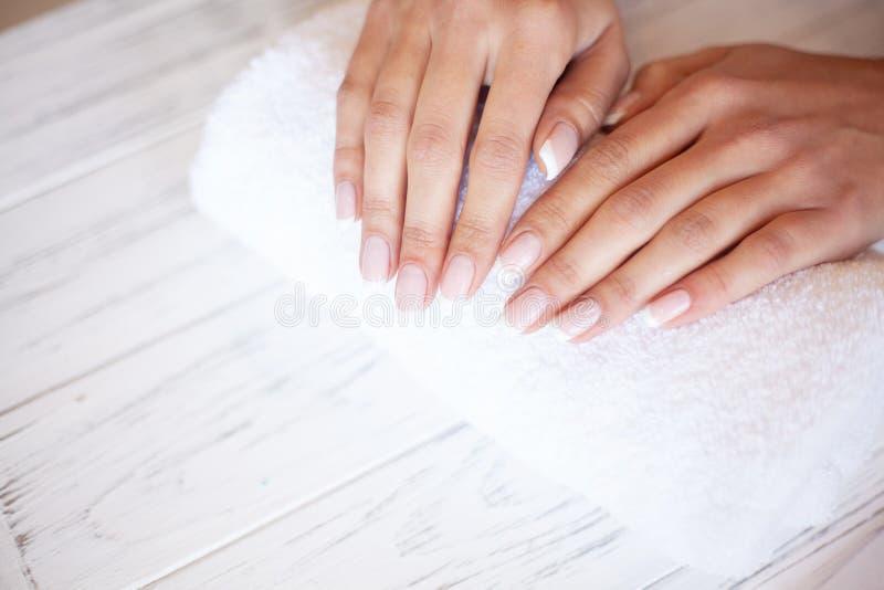 De zorg van de vrouwenhand Close-up van Mooie Female Hands Having Spa Manicure bij Schoonheidssalon Schoonheidsspecialist Filing  stock foto