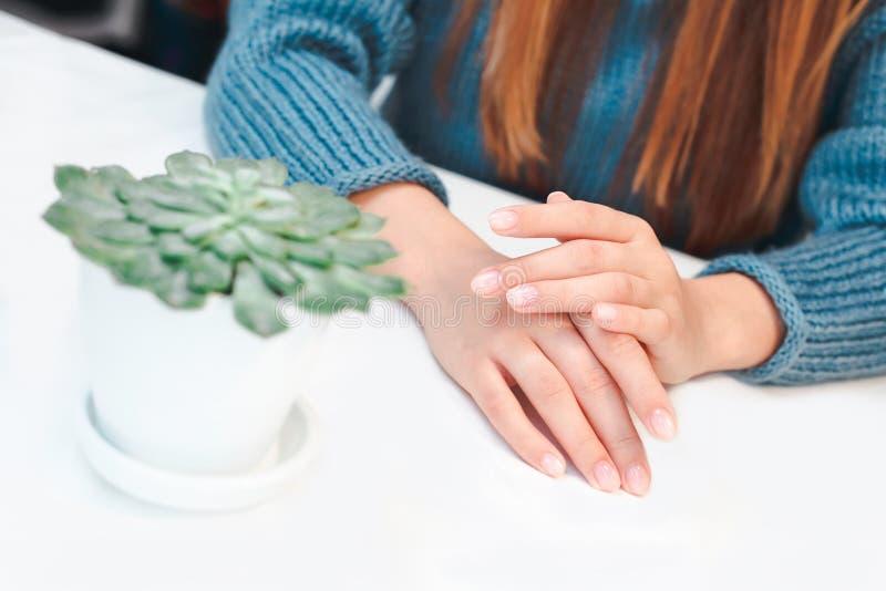 De Zorg van vrouwenhanden stock afbeelding