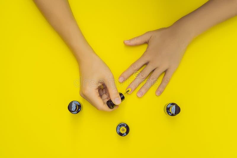 De Zorg van vrouwenhanden Hoogste Weergeven van de Handen van de Mooie Vlotte Vrouw met Professionele Nagelverzorginghulpmiddelen stock foto's