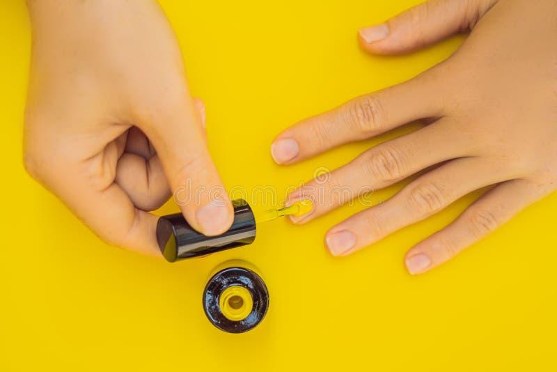 De Zorg van vrouwenhanden Hoogste Weergeven van de Handen van de Mooie Vlotte Vrouw met Professionele Nagelverzorginghulpmiddelen stock afbeeldingen