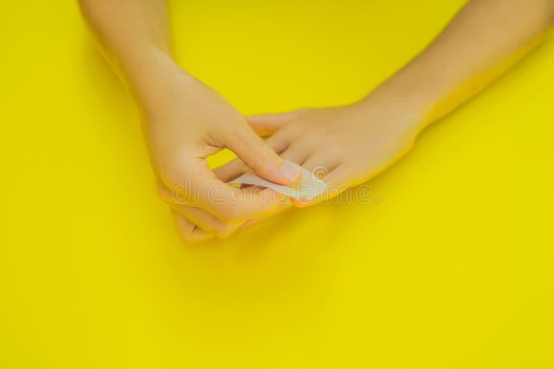 De Zorg van vrouwenhanden Kleine de spijkerkunst van de vernisverwijdering en manicureonderneming Hoogste Weergeven van de Handen royalty-vrije stock fotografie