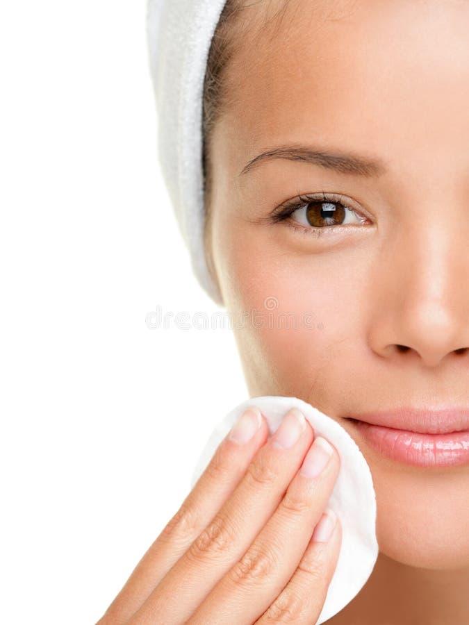 De zorgvrouw die van de huid make-up verwijdert royalty-vrije stock afbeelding
