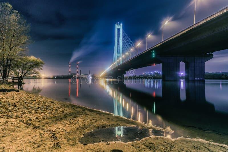 De Zuidenbrug bij nacht, Kiev, de Oekraïne Brug bij zonsondergang over de Dnieper-Rivier De brug van Kiev tegen de achtergrond va royalty-vrije stock afbeeldingen