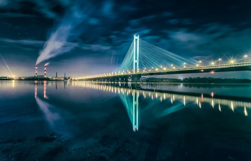 De Zuidenbrug bij nacht, Kiev, de Oekraïne Brug bij zonsondergang over de Dnieper-Rivier De brug van Kiev tegen de achtergrond va stock foto