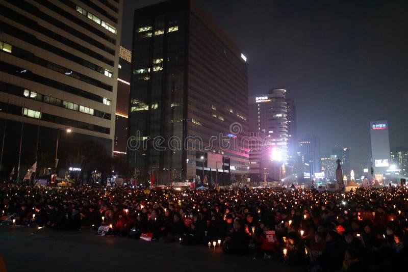 De Zuidkoreaanse protesteerders steunen kaarsen tijdens een verzameling die Zuidkoreaanse President Park Geun-hye verzoeken aan s royalty-vrije stock afbeeldingen