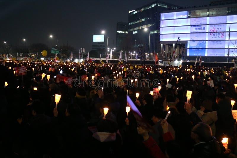 De Zuidkoreaanse protesteerders steunen kaarsen tijdens een verzameling die Zuidkoreaanse President Park Geun-hye verzoeken aan s stock afbeeldingen