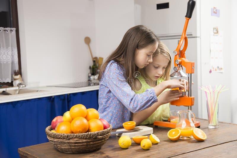 De zuster in keuken maakt sap royalty-vrije stock afbeeldingen