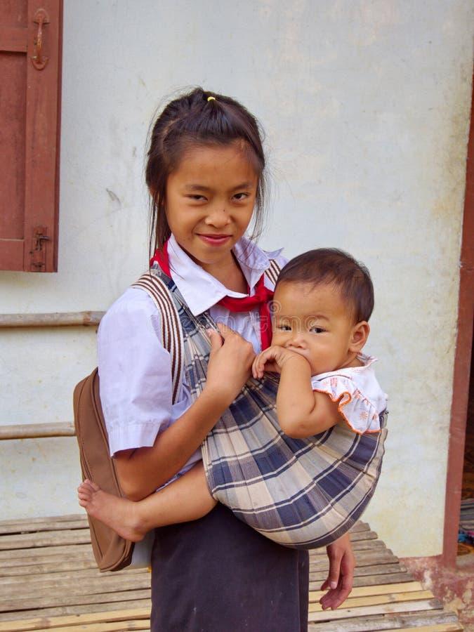 De Zuster van Laos neemt zorg haar Broer en gaat naar school, Reis in Va stock afbeelding