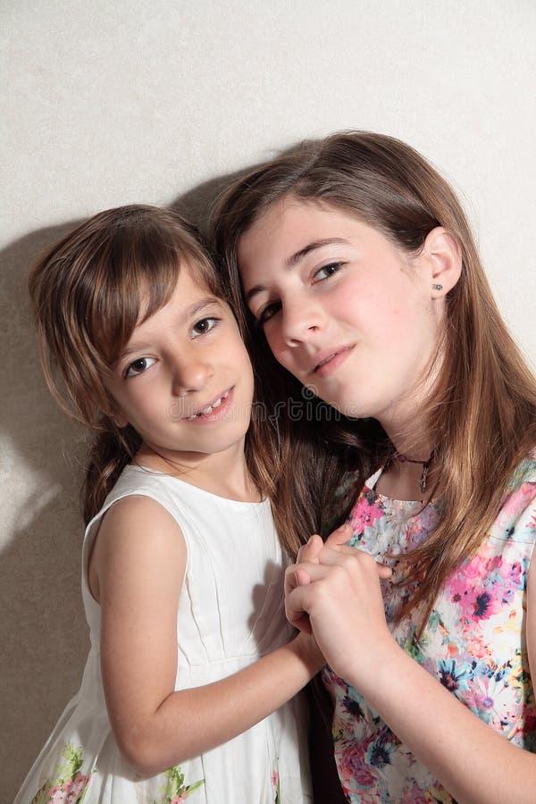 De zusters die handen houden clasped stock fotografie