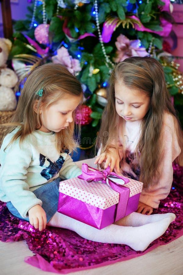 De zusters, kinderen worden beschouwd als giften Het concept Kerstmis stock afbeeldingen