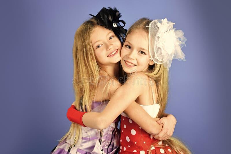 De zusters van de familiemannequin, schoonheid Kinderenmeisjes in kleding, familie en zusters De vriendschap, ziet, kapper eruit royalty-vrije stock foto's