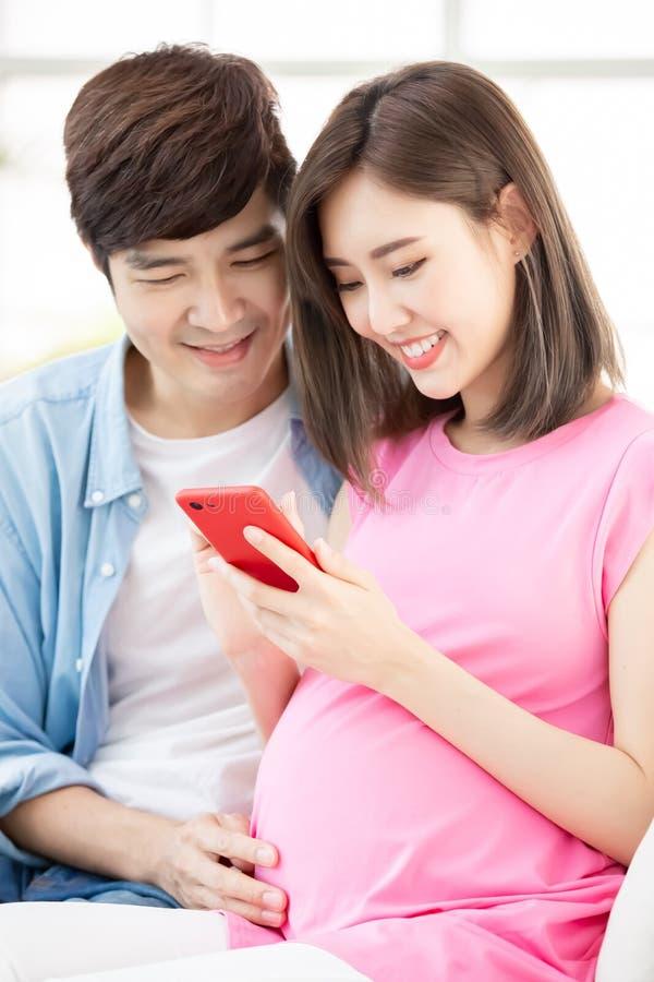 De zwangere smartphone van het paargebruik royalty-vrije stock foto