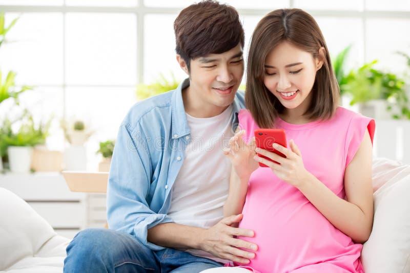 De zwangere smartphone van het paargebruik royalty-vrije stock fotografie