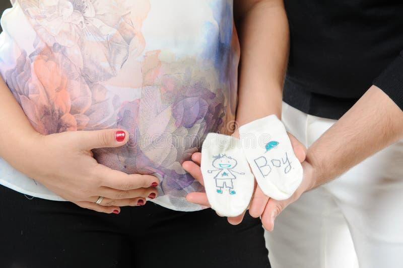 De zwangere sokken van de paarholding stock foto