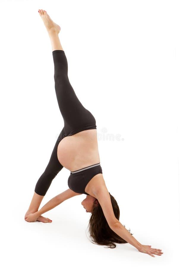 De zwangere vrouw in één been door:sturen vouwen stock afbeeldingen