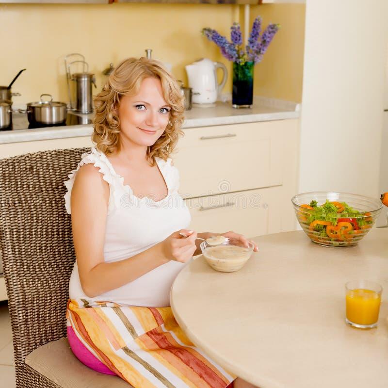 De zwangere vrouw eet soep royalty-vrije stock afbeelding