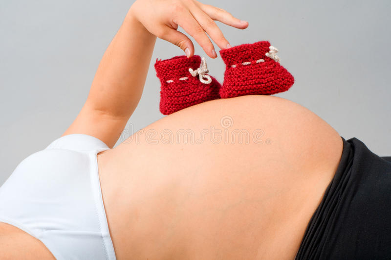 De zwangere vrouw op de negende maand van zwangerschap royalty-vrije stock afbeelding