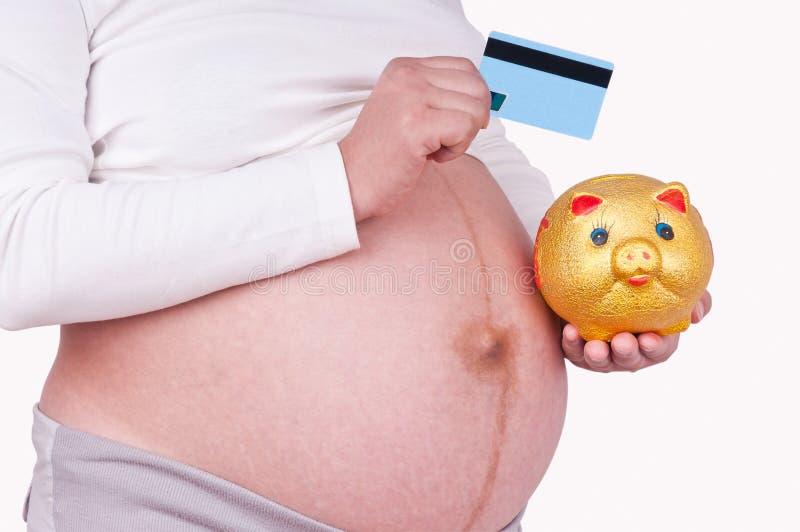 De zwangere vrouwen houden een betaalpas stock foto's