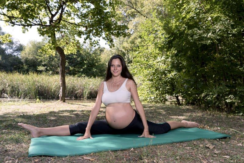 De Zwangerschaps Gespleten Mat van de mammayoga royalty-vrije stock afbeelding