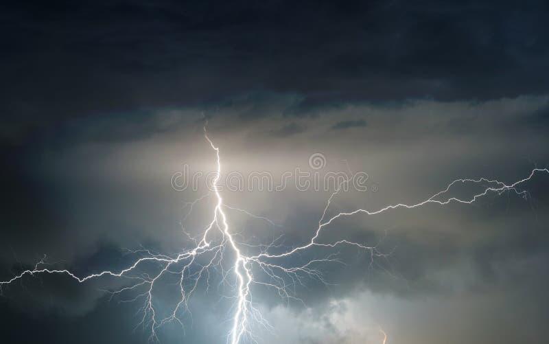 De zware donder, de bliksem en de regen van het de zomeronweer brengende stock afbeelding