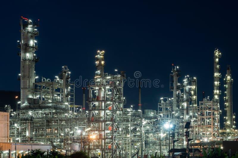 De zware industrie van de de Raffinaderijfabriek van de olieindustrie bij nacht stock foto