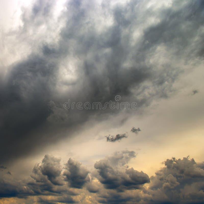 De zware onweerswolken behandelen de zon royalty-vrije stock fotografie