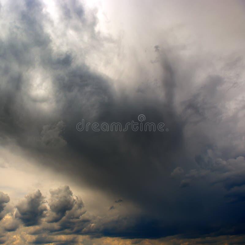 De zware onweerswolken behandelen de zon royalty-vrije stock foto's