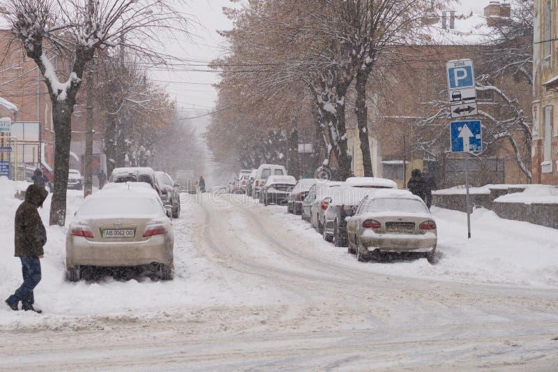 De zware sneeuw behandelt de straten van de stad met sneeuw royalty-vrije stock fotografie
