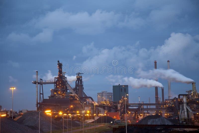 De zware staalindustrie bij staalfabriek bij nacht stock afbeelding