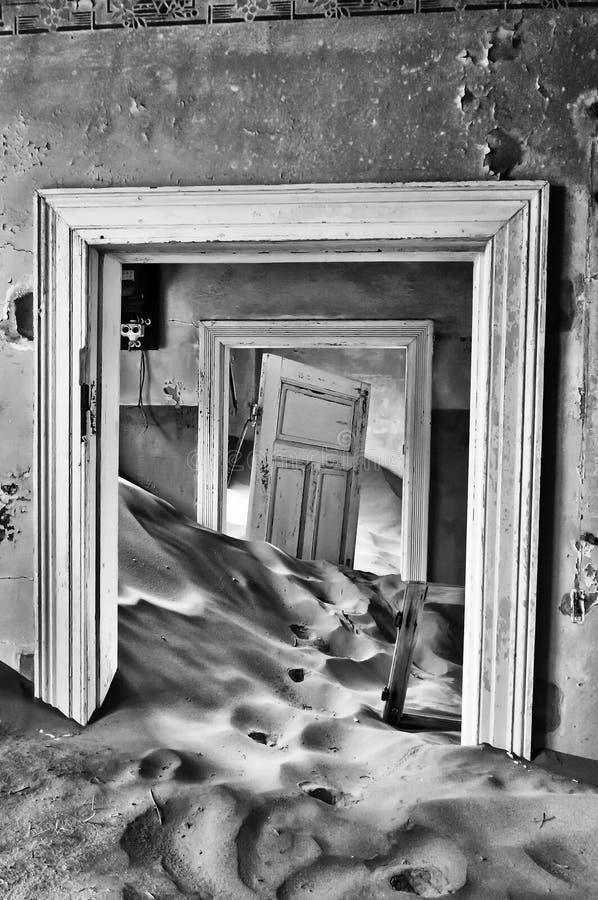 De zwart-wit bouw bij de spookstad van Kolmanskop royalty-vrije stock foto's