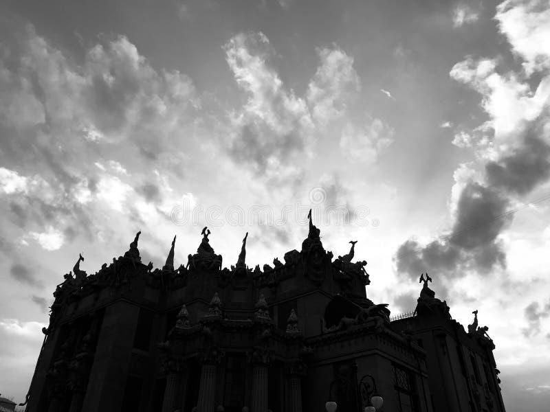 De zwart-wit wolken over het Huis van Hersenschimmen is een architecturaal wonder van het centrum van Kyv - de OEKRAÏNE - VOORGEV royalty-vrije stock afbeeldingen