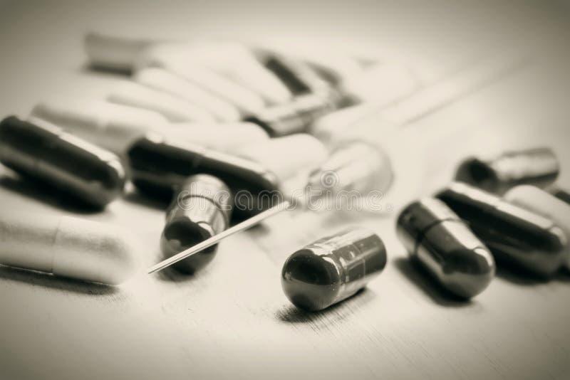 De Zwart-witte foto van Peking, China Drug in capsules, lege spuit voor injec royalty-vrije stock afbeeldingen