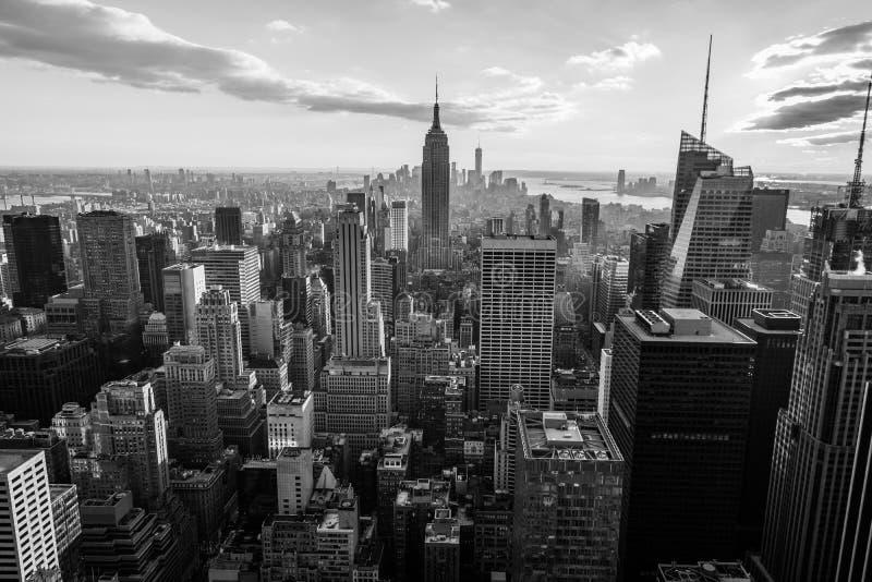 De zwart-witte horizon van de Stadsmanhattan van New York bij zonsondergang, mening vanaf Bovenkant van de Rots, Rockfeller-Centr royalty-vrije stock foto