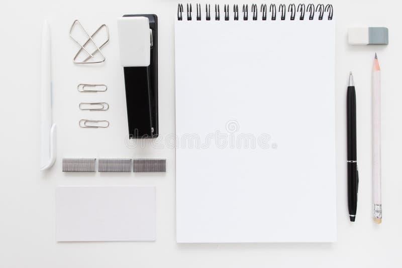 De zwart-witte kantoorbehoeften vastgestelde vrije ruimtevlakte lag royalty-vrije stock foto