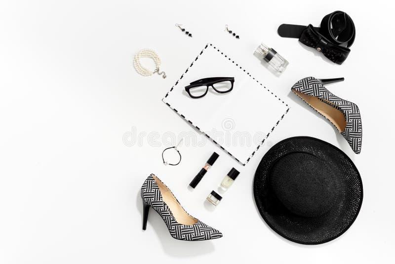 De zwart-witte kleren en de toebehoren van manier modieuze vrouwen royalty-vrije stock foto