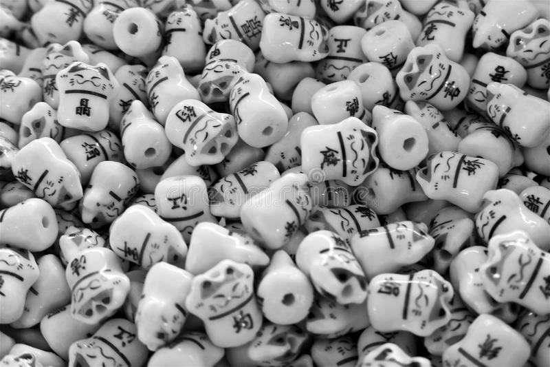 De zwart-witte parels van glas Aziatische katten vormen een patroon stock afbeelding