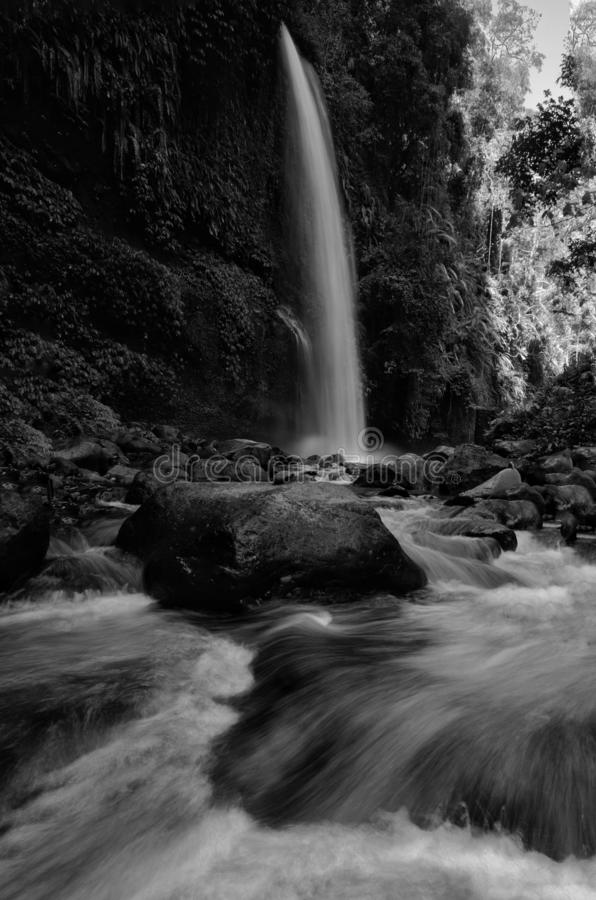 De zwart-witte waterval van Sendeng Gile in Lombok, Indonesië royalty-vrije stock foto