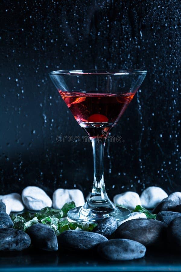 De zwarte achtergrond van de wodkakop stock foto's