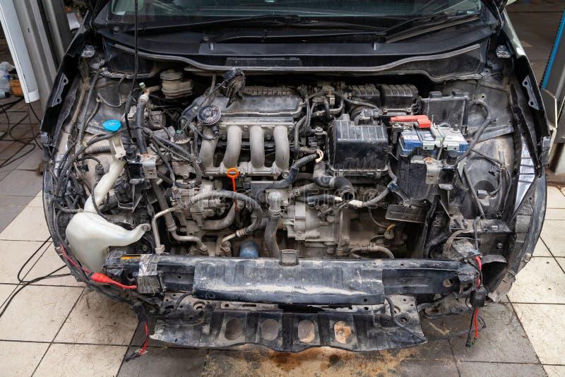 De zwarte auto in het lichaam van de vijfdeursauto treft voor het schilderen van het lichaam met behulp van het nivelleren in de  royalty-vrije stock foto